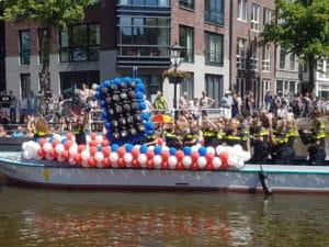 ballonslinger politieboot alkmaar 300x225 - Alkmaar Pride met ballondecoraties De Decoratieballon