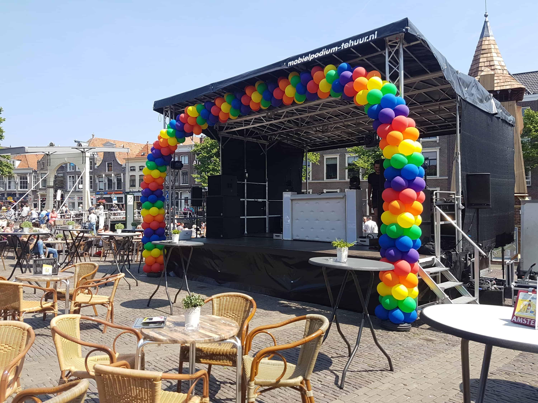20180526 1404452080586913 - enorme ballonboog Alkmaar podium bij Alkmaar Pride 2018