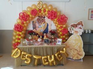 20180527 112214 300x225 - Ballonboog met bloemen om tafel in thema