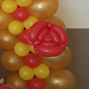 20180613 161425 300x300 - Ballonboog met bloemen om tafel in thema
