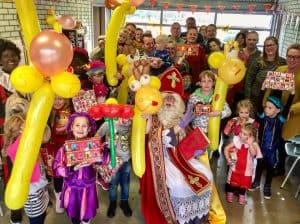 Sinterklaasfeest Clown Niekie Amsterdam 300x224 - Sinterklaasfeest met ballondecoraties