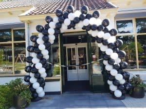 slingerend patroon ballonboog met bedrukte ballonnen opening restaurant Keuken met karakter Heiloo De Decoratieballon 1 300x225 - Patroon ballonboog variaties Alkmaar