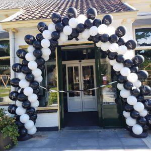 slingerend patroon ballonboog met bedrukte ballonnen opening restaurant Keuken met karakter Heiloo De Decoratieballon 1 300x300 - Ballonboog