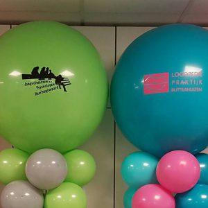 bedrijfslogoopeningballonpilarenbabbelsstudiesuccesheerhugowaardDeDecoratieballonAlkmaar 300x300 - Bedrukte ballonnen