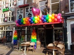 GayPride Alkmaar cafe t hartjeAlkmaar regenboog ballonslinger gaypride ballonpilaar roze ballonnen.jpg 300x225 - Alkmaar Pride met ballondecoraties De Decoratieballon