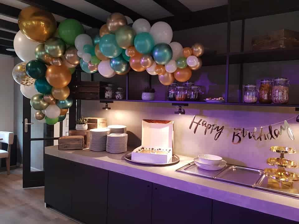 organic ballonslinger taarten buffet verjaardag happy birthday - Organic ballondecoratie van allerlei maten ballonnen
