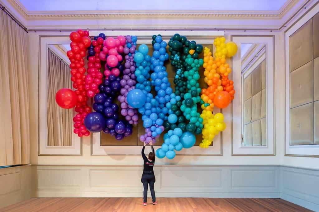 organic ballonwand vrolijke kleuren De Decoratieballon - Organic ballondecoratie van allerlei maten ballonnen