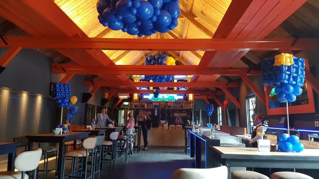 zaaloverzicht Fort Voor Utrecht 10 jarig bestaan logo kubus MNP Solutions 1024x576 - Bedrijfslogo met ballonnen voor elk feest of event creatief op maat!