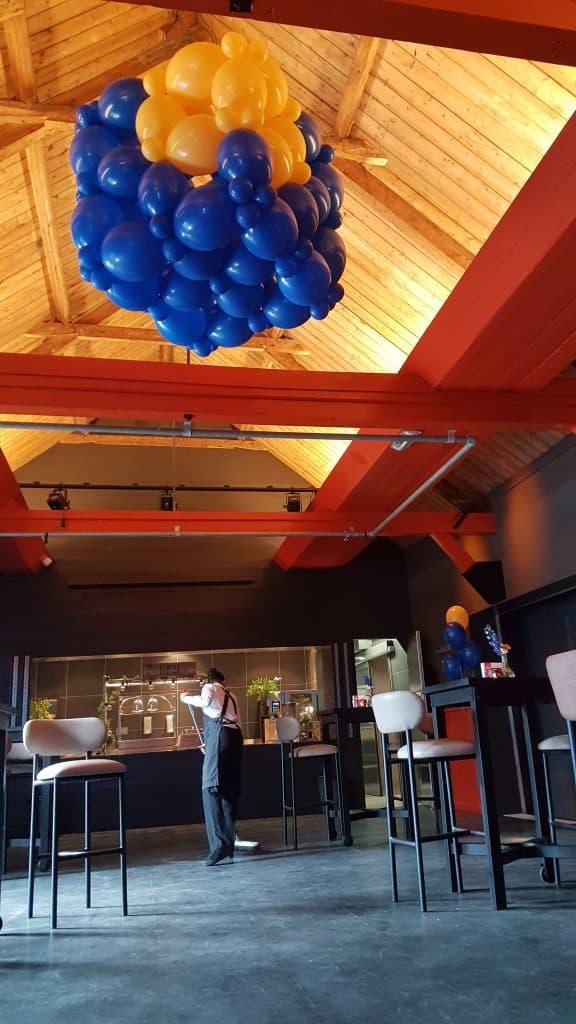 zaaloverzicht Fort Voordorp Utrecht 10 jarig bestaan logo kubus MNP Solutions 576x1024 - Bedrijfslogo met ballonnen voor elk feest of event creatief op maat!