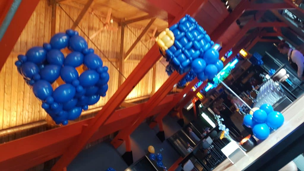 zaaloverzicht Voordorp Fort Utrecht 10 jarig bestaan logo kubus MNP Solutions 1024x576 - Bedrijfslogo met ballonnen voor elk feest of event creatief op maat!