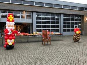 Sint drive thru Stoel en zak van Sinterklaas Capelle aan de ijssel 300x225 - Sinterklaas Drive Thru